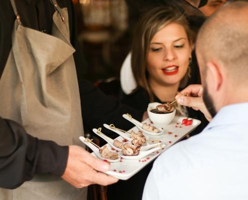 Convidados desfrutando de coquetel volante - Sobral Gastronomia