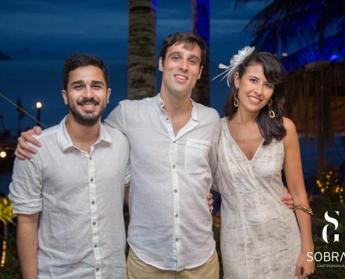 Adriano Sobral com noivos - Evento de Casamento em Ilha Grande - Sobral Gastronomia