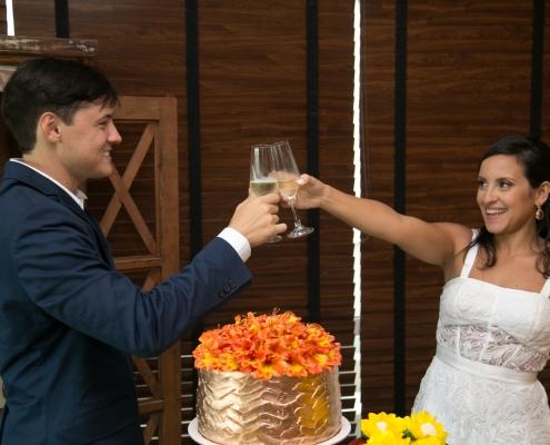 Noivos brindando casamento - Sobral Gastronomia